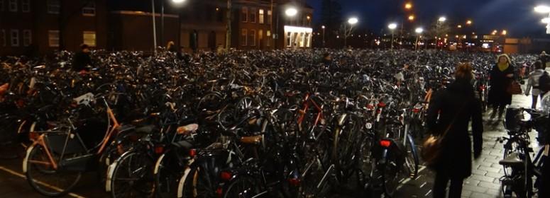 Велосипедная парковка в Голландии