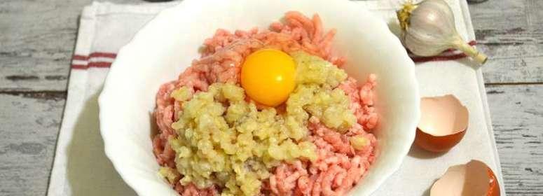 добавляем яйцо в кроличий фарш