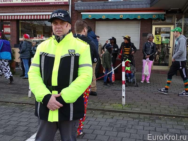 Моряк в костюме полицейского