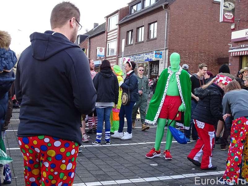 В карнавальном костюме