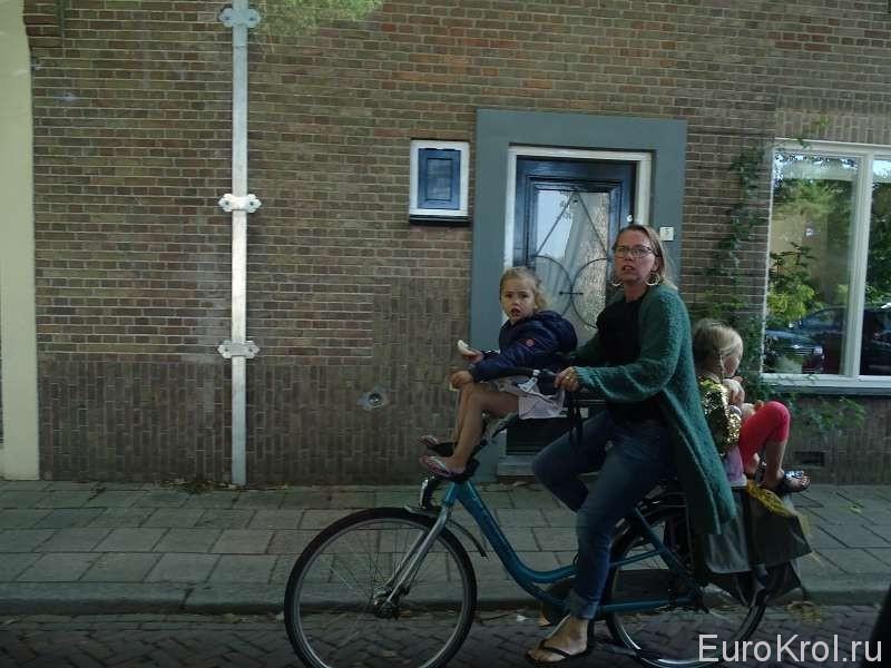 Мама с детьми на велосипеде